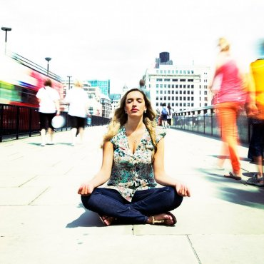 Woman-meditating-in-Street